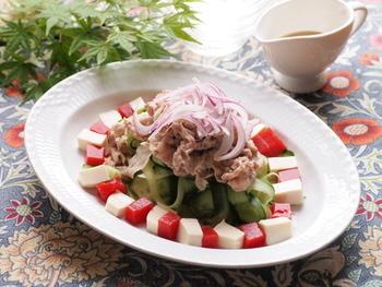 こちらはトマトジュースだけを使ったトマト寒天のレシピ。たっぷりの野菜と一緒に豚しゃぶで。 彩もよく、形も可愛らしく出来上がりますね。