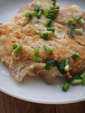 すりおろした長芋と棒寒天、醤油を混ぜて焼く! このシンプルさがたまりません。