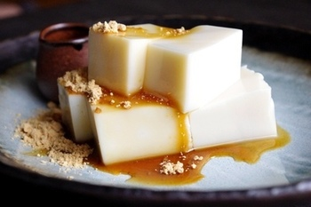 なめらかさがたまらない豆乳寒天。 寒天のデザートはカロリー控えめなぶん、黒蜜も我慢せずに美味しくいただきましょう!