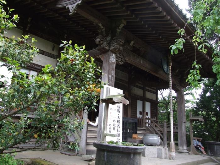 ご本尊は地蔵菩薩で、座ったお姿である坐像の珍しい地蔵尊です。もともと、北条一族の霊を弔うために建立された寺院ですが、現在では、安産と子育てのご利益が篤いとされています。