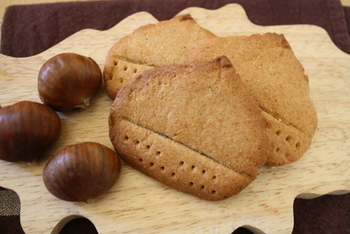 マロンペーストを使ってつくった栗のクッキー。ペーストの甘さだけでつくるので、栗の風味たっぷりの素朴な味わいに仕上げられます。