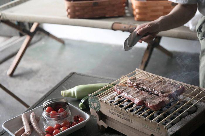 紙や木で作られたインスタントグリルは、最後はすべて燃やせる素材なのでゴミになりません。組み立ても簡単で、着火は5分と素早く、大きなお肉やお魚も焼けるちょうど良い火力です。人数が少ないと炭をおこすのも後片付けも面倒ですが、インスタントグリルなら手軽に使えそうですね。