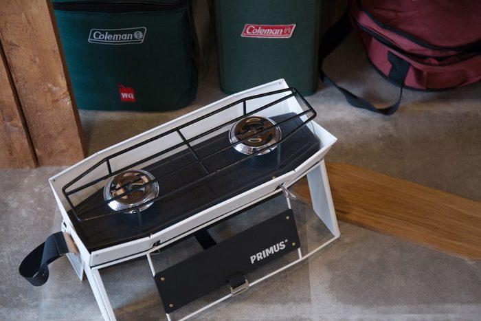 アウトドアに行く回数が多い方は、天気に左右されない本格的なバーナーが便利。ガスカートリッジを2つセットし、6人程度の家族の料理でも楽々調理できるツーバーナー。鍋敷きにもなるウッドプレートの蓋をして、片掛けできる専用バッグに入れれば持ち運びも簡単♪