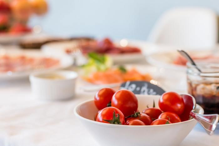 """ビタミンやミネラルが豊富な""""食事""""は、そのまま肌のコンディションにもつながるもの。外食などで栄養のコントロールが難しい場合、自炊して栄養バランスを整えて。外食の時は、サラダや温野菜、フルーツだけ持っていき、別のタイミングで食べるなど調整してみてくださいね。"""