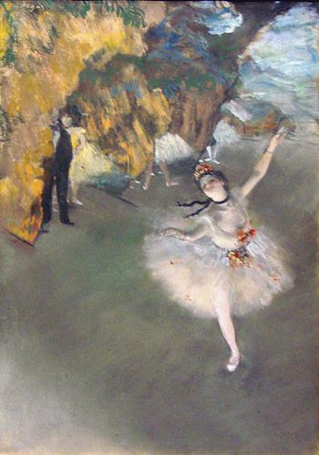 印象派の巨匠ドガの描いたバレリーナ。 モノタイプと呼ばれる版画と絵画の中間のような技術を使って刷りあげた上にパステルで色付けした作品。柔らかな風合いと絶妙な色味に魅せられます。