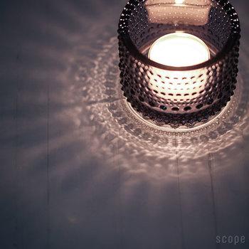ガラスのドットに光が当たることで、美しい表情を見せるイッタラの「Kastehelmi(カステヘルミ)」シリーズ。こちらは、火を灯してみると、その魅力がよりわかる人気のキャンドルホルダー。上から見ると花火のようなシルエットが広がり、また壁に近づけるとドットが映し出されます。