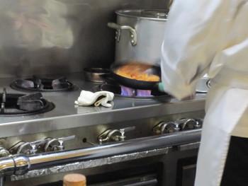 ピカピカに磨かれた厨房と調理器具。すぐ目の前にたくみのわざが展開されます。