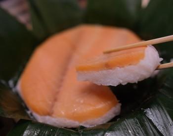 富山や金沢では、鯖や鮭など、昆布〆にした魚介類を乗せた押し寿司が有名どころ。こちらは富山県「鱒の寿司」。