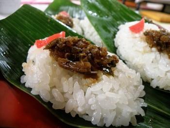 笹の葉はお皿代わりになる上、お寿司を包むことができ、葉をめくりながら食べると、お箸も不要です♪