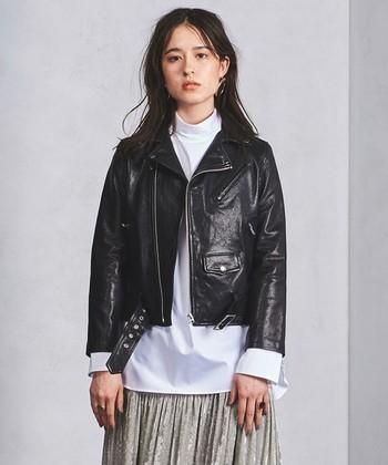 「大人のための子供服」をコンセプトに作られる『beautiful people(ビューティフル・ピープル)』のライダースジャケット。女性らしいラインを生み出す、コンパクトなサイズ感。