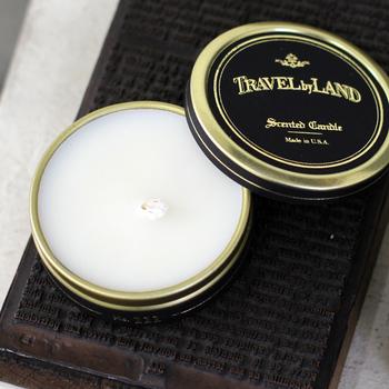 NY発のオーガニックブランド「LAND BY LAND(ランドバイランド)」のキャンドル。天然の蜜蝋や植物性ワックスなどを使用した安心なもので、カシス、リリー、ローズなどさまざまな香りのタイプがあります。旅先に持参するのもおすすめ。スタイリッシュなパッケージは、インテリア性も高いですね。