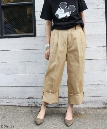 ワイドな裾を幅広めにロールアップして、ヒールやフラットシューズに合わせると新鮮なカジュアルスタイルに。