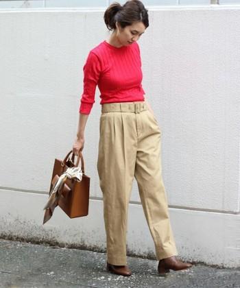 ワイドパンツは、タイトまたはコンパクトなショート丈のトップスを合わせるとすっきりとした印象に。紅葉を思わせる赤のトップスにブラウンのフラットシューズとバッグを合わせた、オフィスコーデにもOKな大人のキレイめパンツスタイルです。