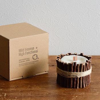 ヒバ精油が香るキャンドルの周りを、ランダムな長さのヒバの小枝で囲んだ、ナチュラル感いっぱいのキャンドル。青森ヒバを使って自然をより近く感じられるオーガニックなプロダクツを生産する「Cul de Sac(カルデサック)」の製品です。