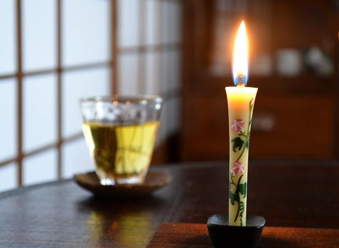 明治25年創業、石川県の伝統工芸品である七尾和ろうそくの老舗「高澤ろうそく店」の手描き絵ろうそく。和ろうそくは、植物油を使うので、ススが出にくいのが大きなメリット。また、芯が太く、ろうをよく吸い上げるため空気が供給されやすく、炎が大きくて優しいのも特徴です。