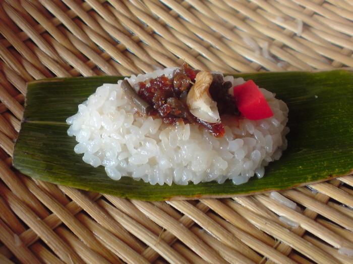熊笹(くまざさ)の上に置いたひと口からふた口大の酢飯に、山菜や畑の幸、鮭のほぐし身まで、さまざまな具を載せたもの。笹のさわやかな香りと酢飯、植物性を中心とした具とのバランスが絶妙です。画像は長野県飯山市「はしば食堂」の笹寿司。