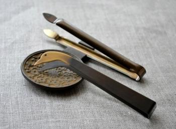 和ろうそくを楽しむための道具、「あひるのろうそく消し」と「芯切りばさみ」。和ろうそくは、吹き消すとろうが飛び散る場合があるので、ろうそく消しを使うのだとか。あひるのデザインが可愛らしいですね♪どちらも真鍮製。