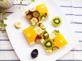 フルーツの断面がぎゅっとパズルのように詰まった可愛らしいオープンフルーツサンド。思わず笑顔がこぼれます。