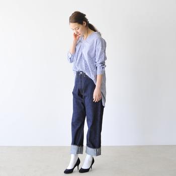 袖をラフにまくってシャツの裾をフロントINすれば、ぐっとこなれ感がアップします。パンプス×ソックスの小物使いで、デニムコーデもぐっと大人っぽくキレイめな印象に。