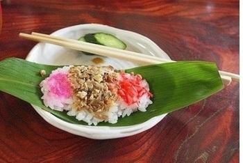 こちらは野沢温泉の旅館「とうふや」の笹寿司。