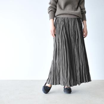 歩くたびにふわりと揺れる軽やかな着心地がうれしい「MidUmi(ミディウミ)」のプリーツスカート。しなやかで光沢のある素材感とたっぷりのギャザーが大人の女性にぴったりです。品良く着こなせるのにウエストはゴム仕様で楽ちん♪クローカだけの特別オーダーカラーのグレーとネイビーは、落ち着いた秋の装いにもしっくり馴染みます。
