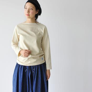 フランス海軍御用達のブランドとして有名な「オーシバル」。ファッションアイコンとして不動の人気を誇るシャルロット・ゲンズブールなど著名人にも愛用者の多いマリンウェアブランドです。  こちらは、控えめなポートネックと裾のミツバチワッペンがポイントの定番長袖Tシャツ。軽くて丈夫なコットンロード生地を使用した美しいシルエットのカットソーは、パンツ・スカート問わずどんなコーデにもしっくり馴染みます。