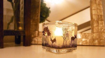 キャンドルグラスの周りにプリントシールを貼っています。キャンドルに火をつければ、森のシルエットが浮かび上がります。物語を感じる素敵なアイデアですね。
