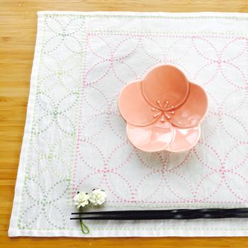 シンプルな伝統柄「七宝(しっぽう)」の花ふきん。花と葉を思わせるカラーリングは春らしく、テーブルにふわっと花が咲いたよう。