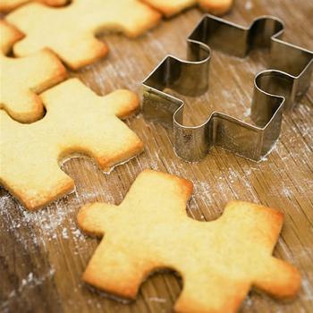 薄くのばした生地に押し当ててカットできるクッキー型。デザインも豊富で、道具屋さんにはたくさんのクッキー型がありますよ。  型のほかにも、クッキーに文字を入れることのできるスタンプもあるので、お好みで組み合わせてみて下さいね。