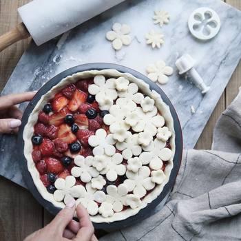 シフォンケーキやパイ、チーズケーキなどケーキを作るときに使う型のこと。テフロン加工されたこびりつきにくいものや、耐熱ガラスのもの、シリコン製のカラフルなものなど種類もデザインも色々あります。作りたいお菓子に合わせて選んでみて下さいね。