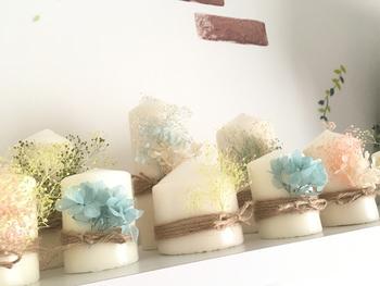 インテリアとして飾るなら、シンプルなキャンドルにプリザーブドフラワーをあしらったロマンティックなキャンドルも素敵ですね。棚などにたくさん並べて、美しいキャンドルの世界を楽しみましょう。