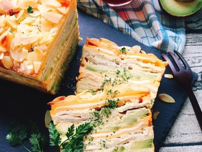 アボカド、ベーコン、チーズを使ったおかずガトーインビジブル。具材がぎっしりでボリューム満点。色とりどりのグラデショーンがきれいで美味しそう。