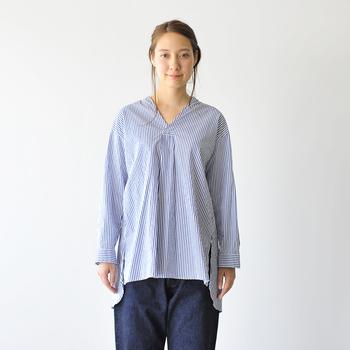 「Le Melange(ルメランジュ)」のシャツは着丈の長いプルオーバータイプ。着るだけで旬のビッグシルエットを楽しめます。程よく開いたネックラインはデコルテを綺麗に見せ、上品な大人の抜け感をプラス。