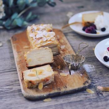 シュガーストレーナーで粉砂糖をポンポンとふってワンランク上のデザートのできあがり。ココアパウダーや抹茶などを使えば彩りも豊かに仕上がりますね。
