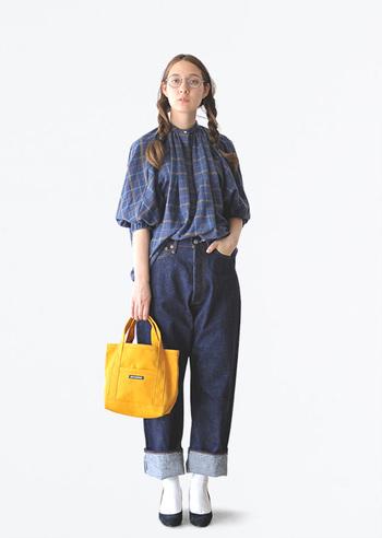 「可愛らしいブラウス×メンズライクなデニム」のMIX感が目を惹くスタイリング。ゆるふわな三つ編みと丸眼鏡でレトロ感をプラスしてさらにオシャレ上級者さんみたいに。パンプスを合わせると大人の女性にも似合うバランスの良い着こなしになりますよ。