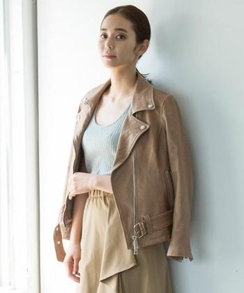 イタリアのレザーブランド『MUSHER(マーシャー)』。上質でなめらかな羊革のライダースジャケットは、女性らしさが引き立つスタンダードなデザイン。