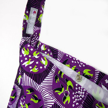 バッグの口はスナップボタンで閉じることができます。布製で軽いから、肩がこらず快適な使い心地。 名前の通り、さっと肩にかけてお散歩に持っていきたくなるバッグです。両手が空くからうれしいですね。