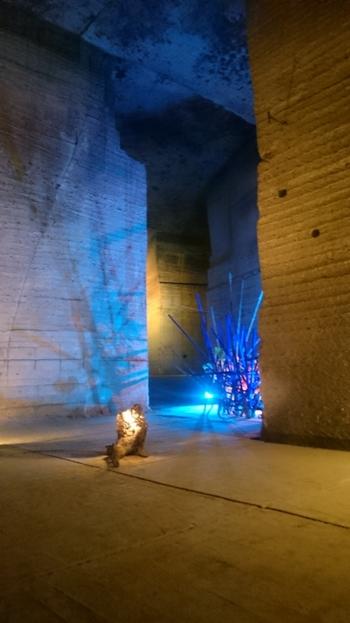 巨大な空間に展示された華やかなアートも、訪れた人々の目を楽しませてくれます。