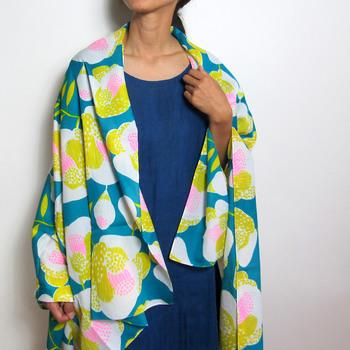 ちょっぴり肌寒いときにサッと羽織ったり、シンプルな装いのアクセントにぴったり。カバンの中に一枚忍ばせておくと活躍しそう。