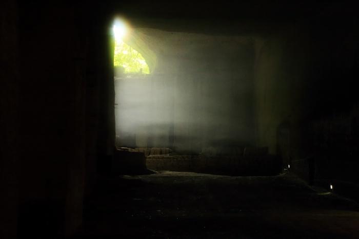 ふいに差し込む陽光が、不思議な安心感をもたらしてくれるのも、地下空間ならでは。日常を忘れさせてくれる幻想的な光景が、人々を魅了します。