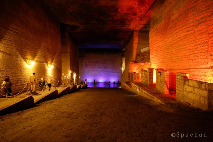 異国の地にある地下神殿のような光景。ここは外国ではなく、栃木県宇都宮市の「大谷石(おおやいし)地下採石場跡」です。