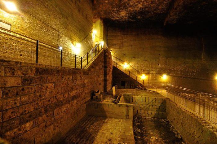 「大谷石」の採掘が本格的にはじめられたのは、江戸時代中頃と言われています。現在では、採掘場跡がライトアップされており、まるでアドベンチャー映画のセットのよう。SNS映えする光景も評判を呼び、多くの人々が訪れています。