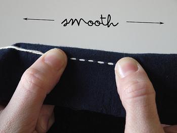 他の刺繍同様、なみ縫いして針を抜いたあとは、その都度布をしごいて布が糸で寄れたりするのを防ぎましょう。 この作業を糸こきとも呼びます。
