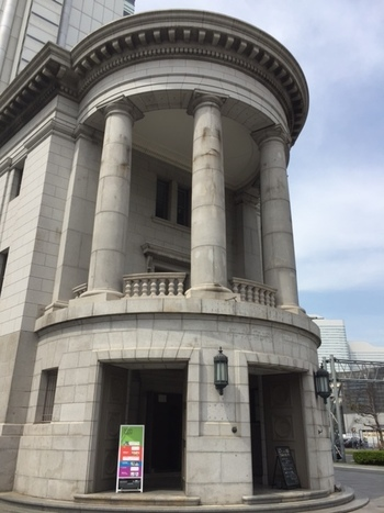 馬車道駅からすぐ近く、YCCヨコハマ創造都市センターの1階にある「カフェ オムニバス」。こちらは1929年に建設された歴史的建造物である「旧第一銀行横浜支店」を用いた施設となっています。現在は横浜市が推進するクリエイティブ・シティ構想(創造都市構想)の拠点施設として使われています。