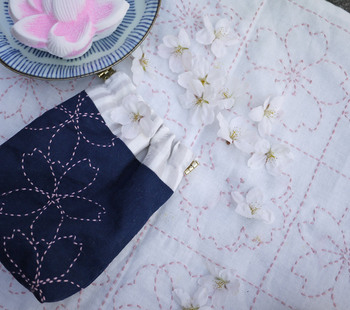 """様々な美しい模様を施された、こちらの刺し子のふきんは、""""花ふきん""""と呼ばれています。 昔の日本では嫁入りの時に持たされたとされる、ひと針ひと針心がこもった花ふきんですが、 さらしと糸があれば作れるというから驚き。今回は、基本の作り方もご紹介します。"""