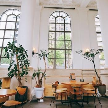 窓からは、みなとみらい方面が一望でき、観光の足休めにもぴったり♪昼はカフェとして夜はバーとして利用でき、客層もお洒落な方が多くいらっしゃいます。