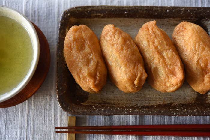 甘辛くシンプルに味付けされた「おいなりさん」。子どもから大人まで幅広く愛される、日本のおふくろの味です。