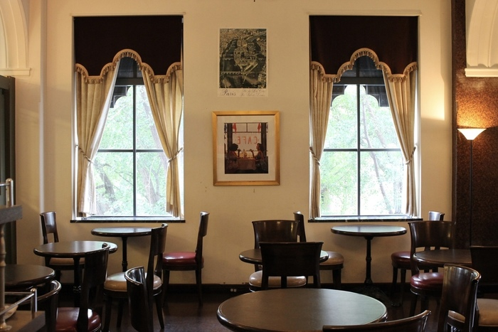 店名は「新聞記者のカフェ」と言う意味で、まさしく新聞記者が珈琲を片手に記事を構想する様子が思い描かれるような知的でクラシックな店内です。