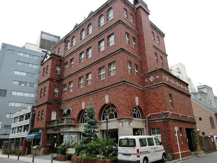 こちらは、明治時代の西洋館から作られた赤レンガ造りの洋館カフェ『馬車道十番館』。