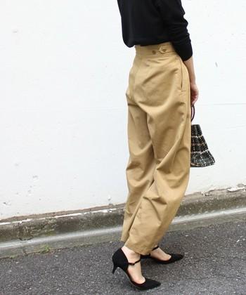 裾丈をジャストサイズに、黒のパンプスを合わせて女性らしく引き締めて。